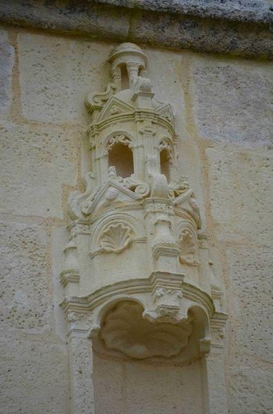 Façade nord-ouest, détail, niche sculptée
