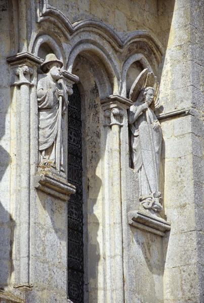Sculptures d'apôtres sur la façade est gothique