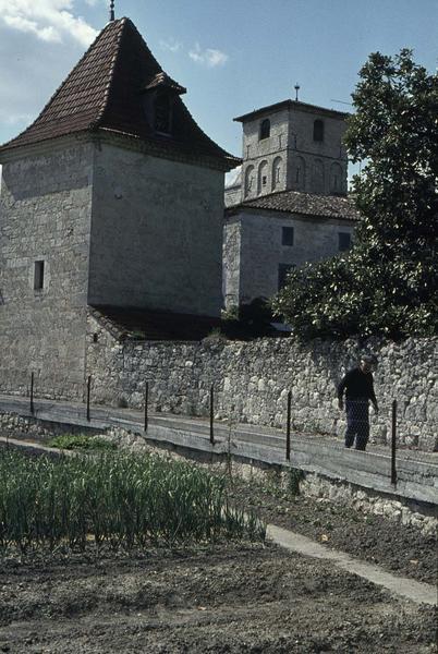 Clocher de l'ancienne église et mur d'enceinte