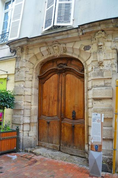 vue générale de la porte sur rue