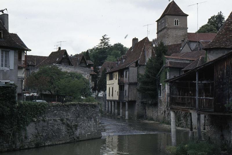 Maisons à pilotis sur les rives du Saleys, clocher de l'église