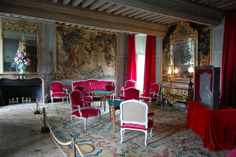 ensemble (4 pièces murales, 2 miroirs d'applique, commode, console, 2 canapés, 4 fauteuils, tabouret, 4 pièces murales, lit, 6 fauteuils, miroir d'applique, canapé, 2 fauteuils, miroir d'applique, lit, tenture, lit de repos, 6 fauteuils, revêtement intérieur)