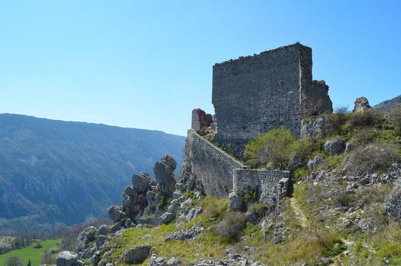vue générale des ruines du château dans leur environnement
