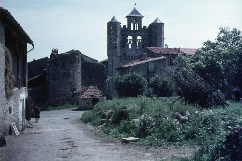 Clocher-mur ouest et tourelles, maisons environnantes