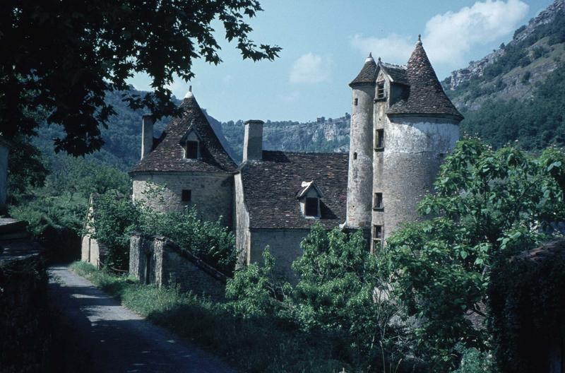 Manoir typique du Quercy avec tours