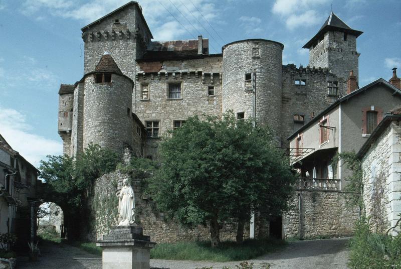 Ensemble du château sur une place