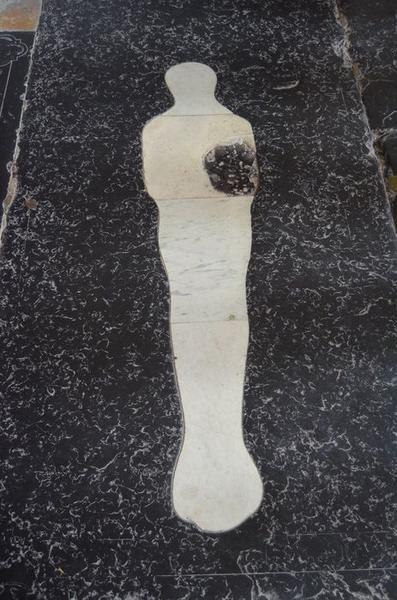 dalle funéraire d'un défunt en linceul, vue générale