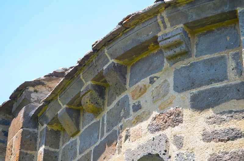 Chevet, détail: corbeaux de pierre, flanc sud