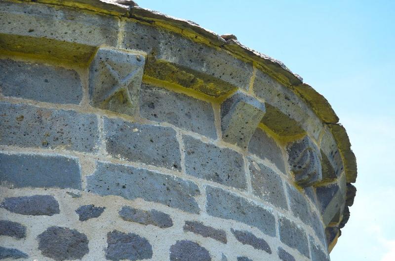 Chevet, détail: corbeaux de pierre, flanc est