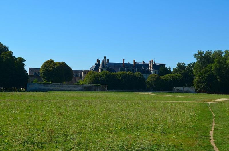 Vue générale du château dans son environnement côté parc