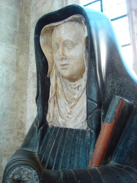 Statue d'Armande Henriette de Lorraine, abbesse de Notre-Dame-de-Soissons, vue partielle