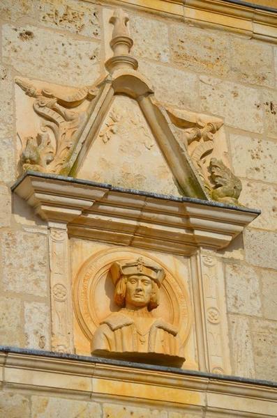 Façade sud-est sur cour, détail d'un haut-relief: buste d'Amaury de Montal