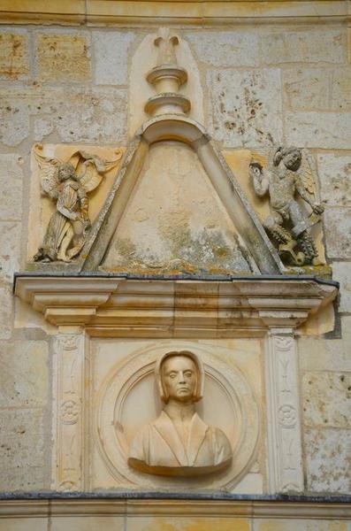 Façade sud-est sur cour, détail d'un haut-relief: buste de Jeanne de Balsac