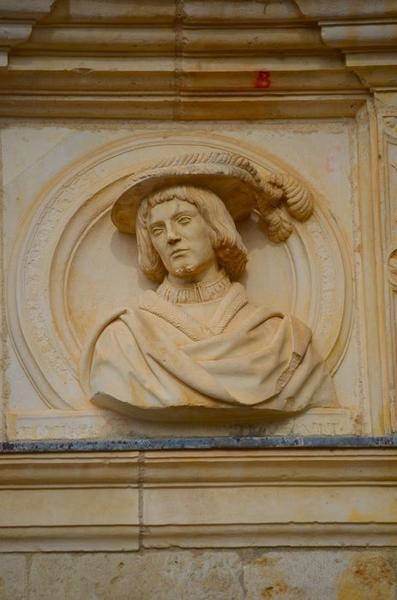 Façade sud-est sur cour, détail d'un haut-relief: buste de Robert de Montal