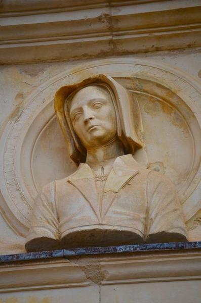 Façade sud-ouest sur cour, détail d'un haut-relief: buste d'Antoinette de Castelnau