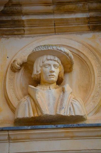 Façade sud-ouest sur cour, détail d'un haut-relief: buste de Dordet de Balsac