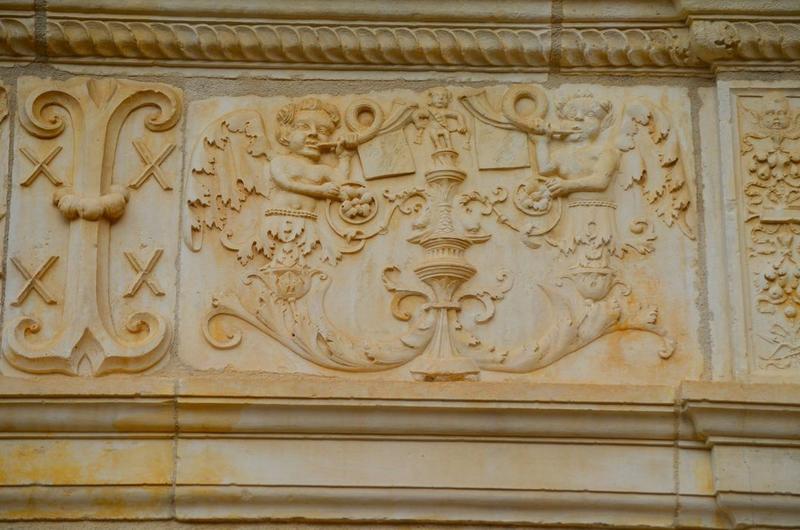 Façade sud-est, bandeau sculpté, détail