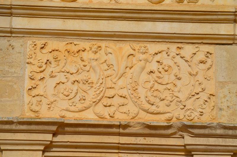 Façade sud-est, détail d'un bas-relief