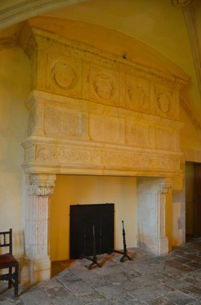 Grande salle du rez-de-chaussée, vue générale de la cheminée monumentale