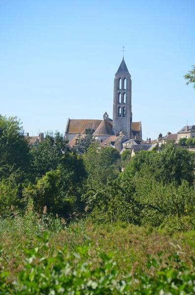 Vue générale de l'église dans son environnement
