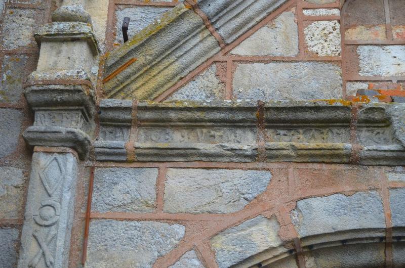 Façade occidentale, détail de l'inscription surmontant le portail