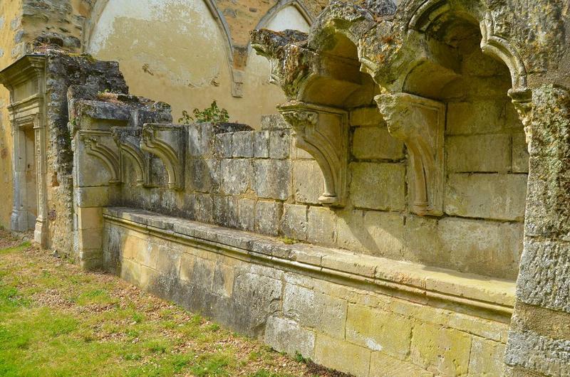 Emplacement de l'ancien cloître, galerie nord, vue partielle