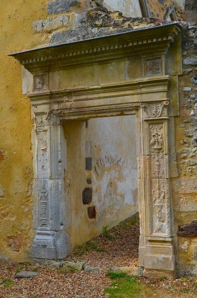 Emplacement de l'ancien cloître, galerie nord, détail de l'encadrement d'une porte