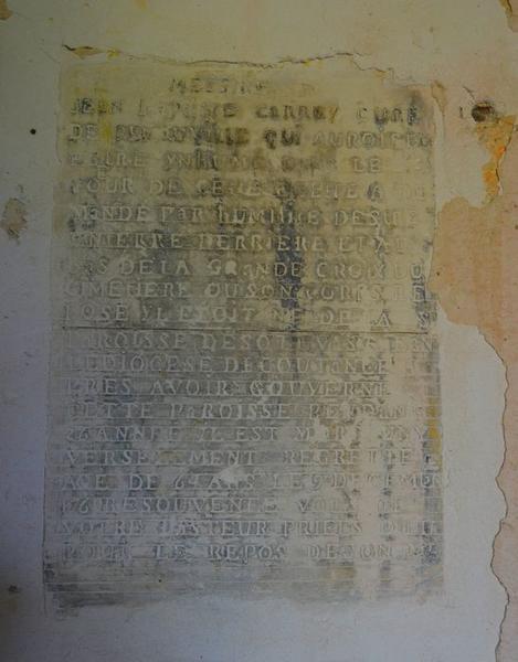 Dalle funéraire de Jean (), curé de la paroisse, vue générale