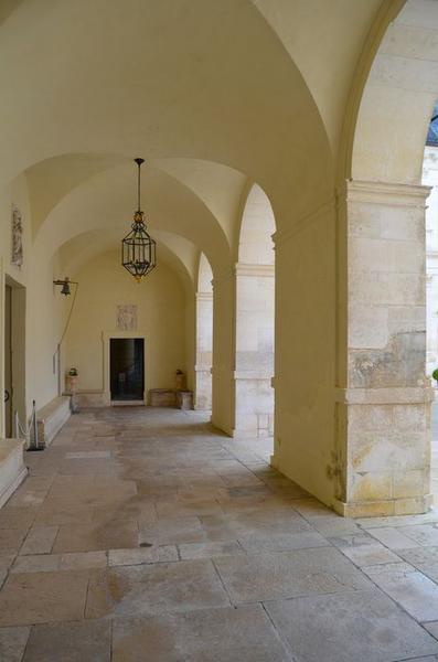 Cour intérieure, aile sud, galerie, vue générale