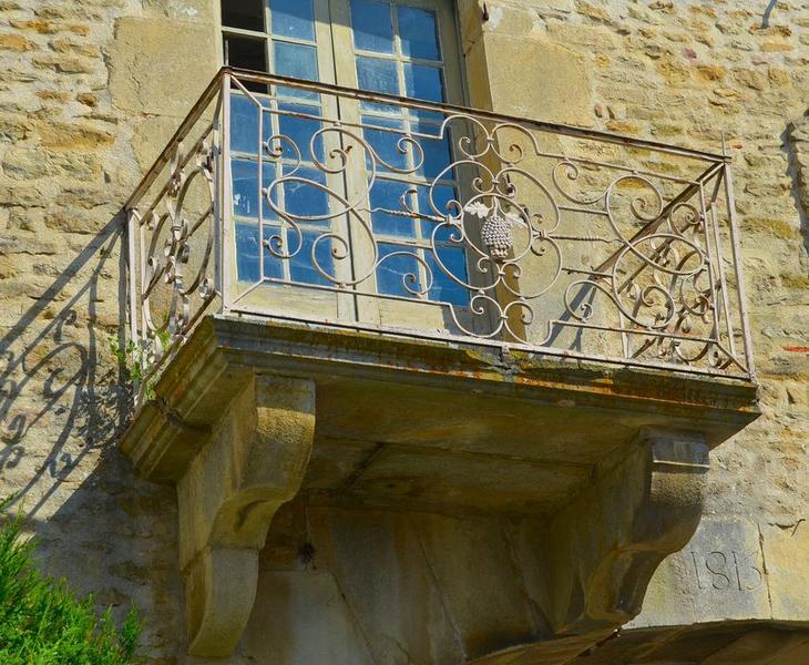 Façade sud, détail de la ferronnerie du balcon surmontant le porche
