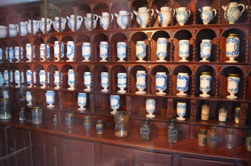Pots à pharmacie (pots-canons), vue partielle