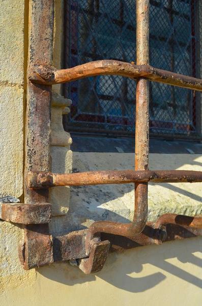 Chapelle latérale sud, détail de la grille de la baie