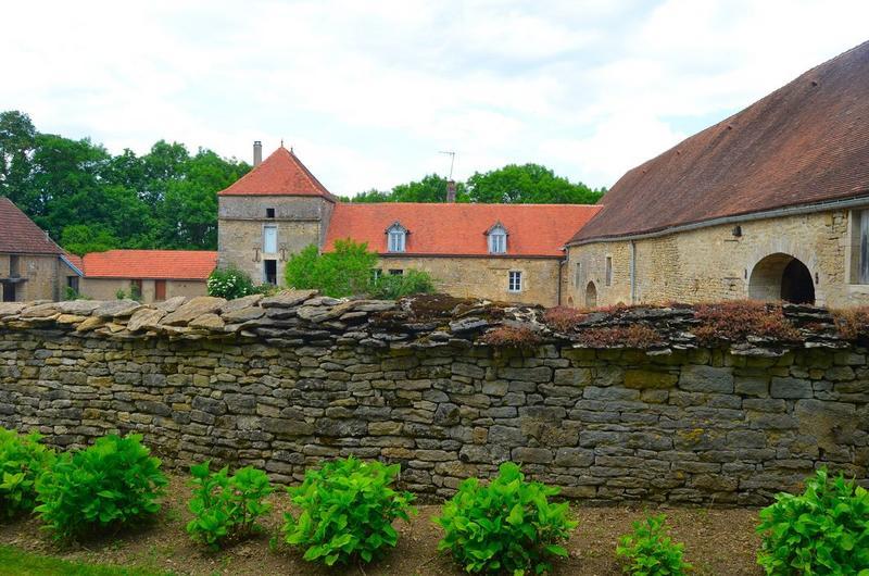 Mur de clôture séparant l'ancienne ferme et le château, vue partielle