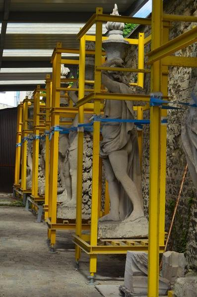 Statues: anges du dôme déposés, vue générale