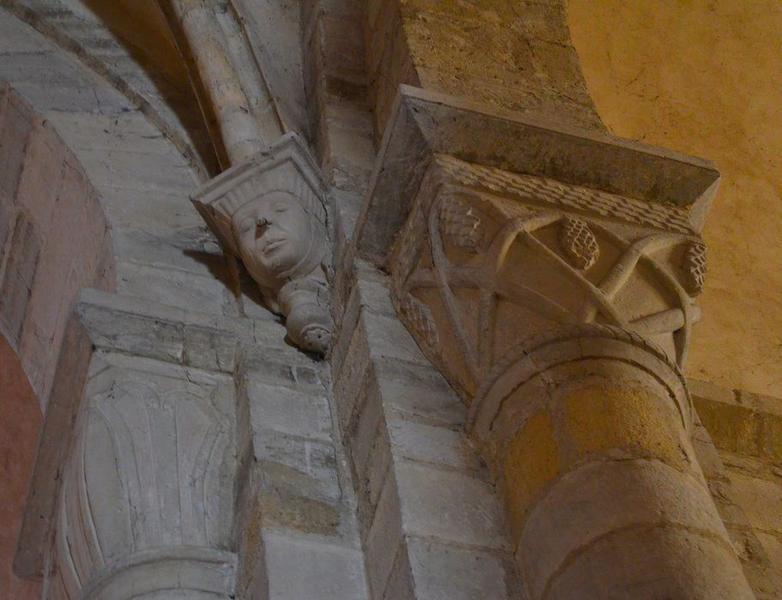 Nef, détail d'un culot et de deux chapiteaux sculptés