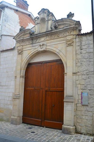 portail sur rue, vue générale