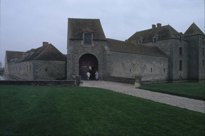 Porche d'entrée et mur fortifié médiéval