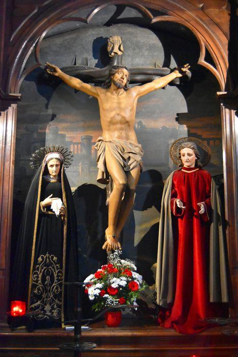 Trois statues de calvaire : Christ en croix, Vierge et Saint Jean avec tableau : Remparts de Jérusalem
