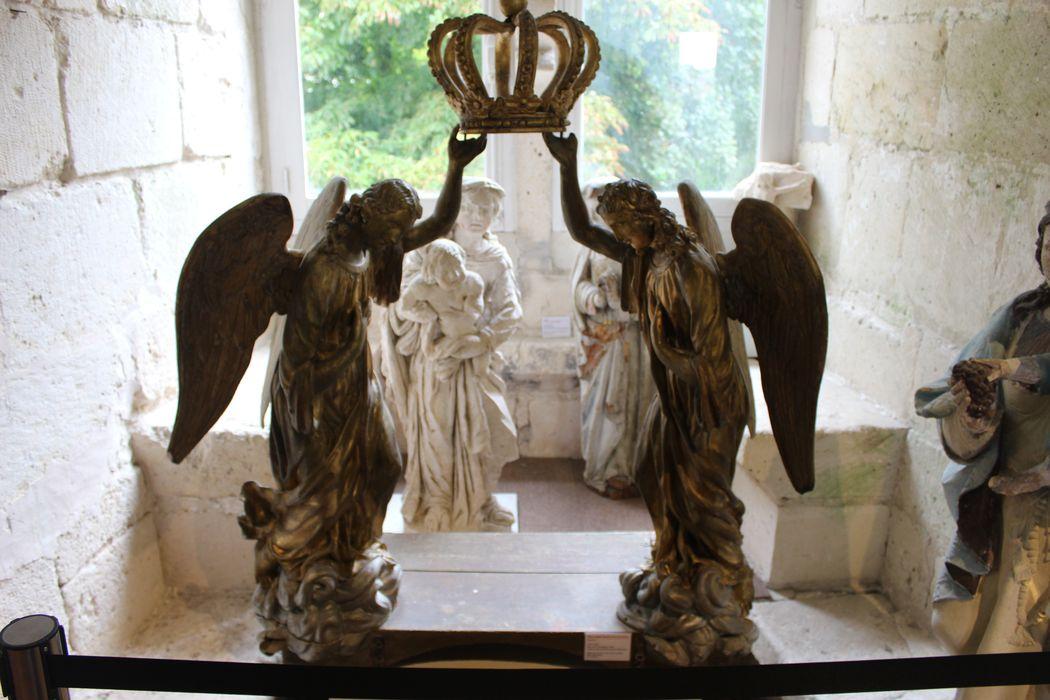 Reposoir : deux anges tenant une couronne, vue générale