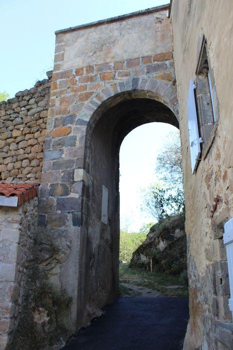 porte monumentale à l'ancien site fortifié, vue générale