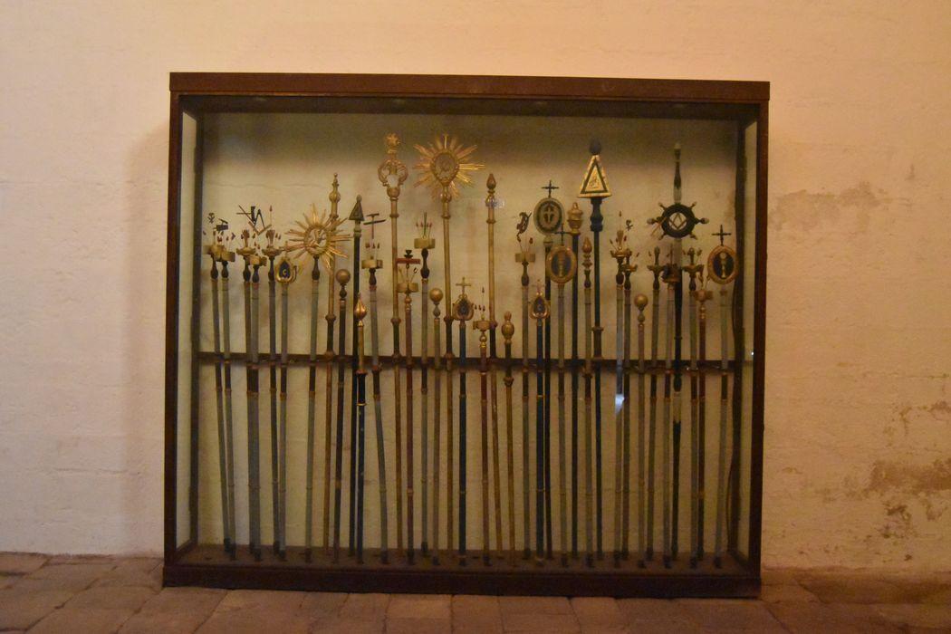 Trente-sept bâtons de procession de confrérie