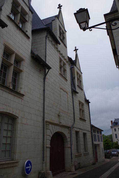 façade sur rue, vue partielle