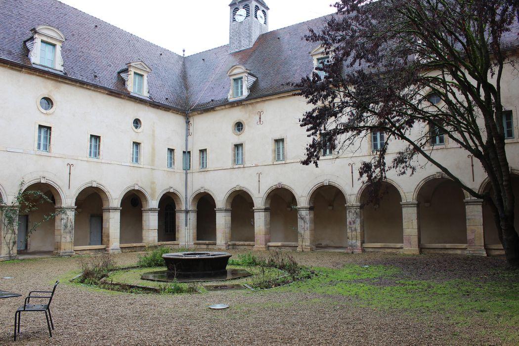 Hospice Sainte-Anne (ancien): Cloître, ailes nord et est, vue générale