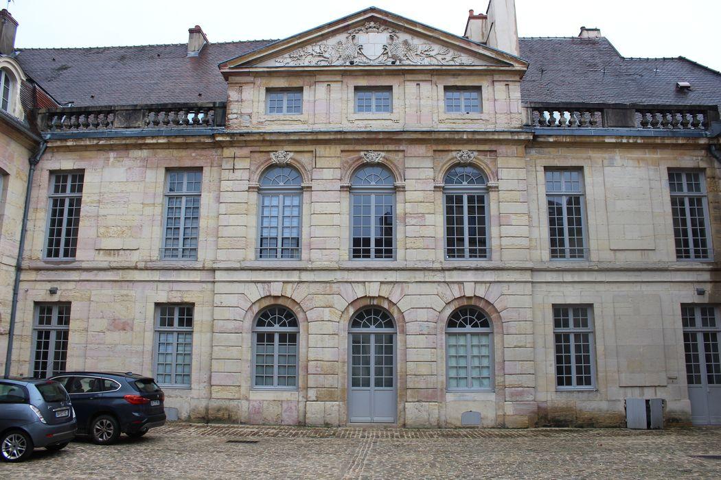 Hôtel de Ruffey: Cour d'honneur, façade nord-ouest, vue générale