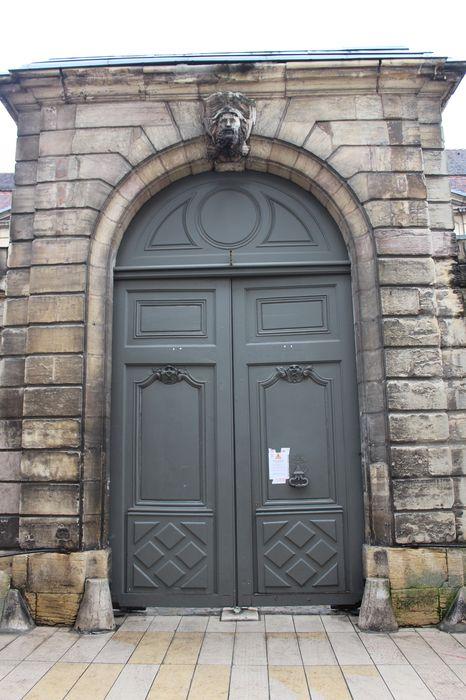 Hôtel de Sassenay: Porche d'accès sur rue, vue générale
