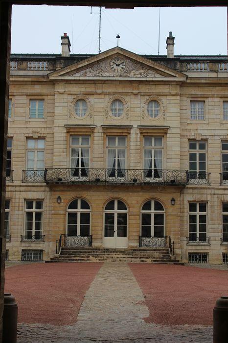 Hôtel Bouhier de Lantenay (ancien) , actuellement préfecture de Côte-d'Or: Cour d'honneur, façade est, vue partielle