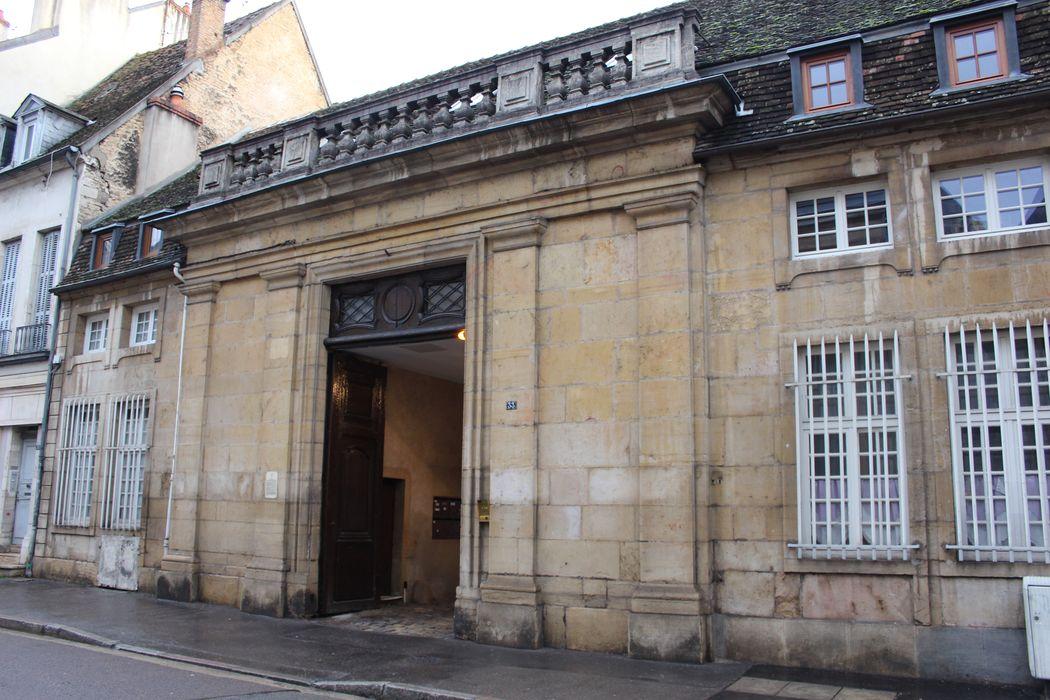 Hôtel de Chamblanc: Porche d'accès sur rue, vue générale