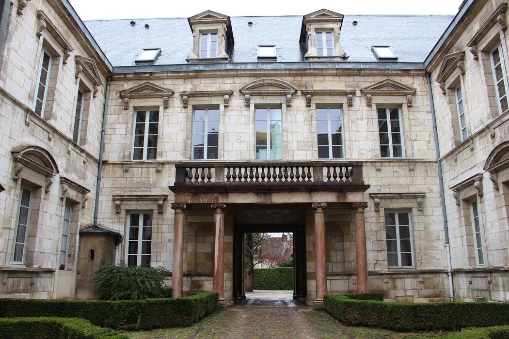 Hôtel des Barres (ancien): Cour d'honneur, façade ouest, vue générale