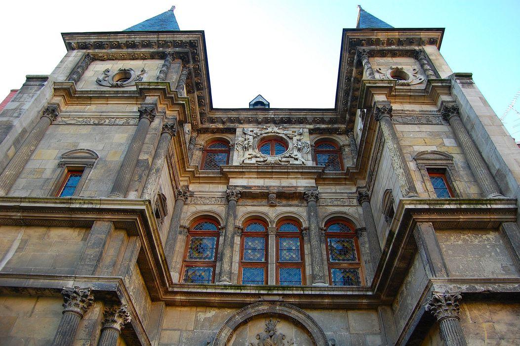 Hôtel Cabu ou maison dite de Diane de Poitiers, actuellement Musée archéologique et historique de l'Orléanais: Façade sur la cour d'honneur, vue partielle