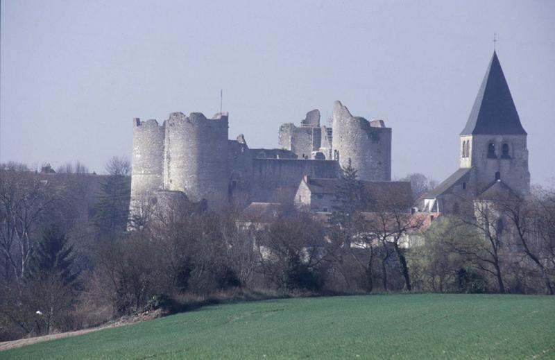 Vue générale du village, château et église